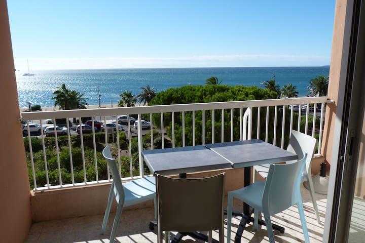 Belle terrasse avec son mobilier moderne et vue panoramique sur la mer v