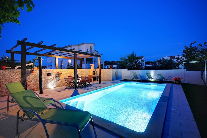 Romantic apartment with pool and garden!