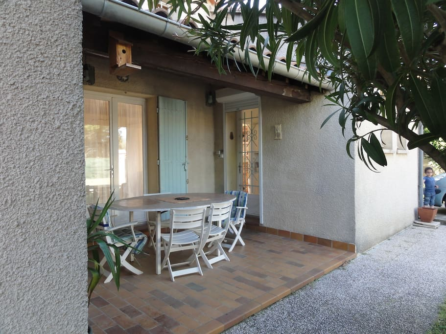 Entrée principale et terrasse couverte / Entry and covered terace
