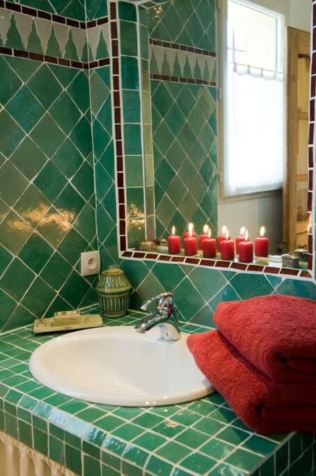 Salle de bain zen avec douche à l'italienne