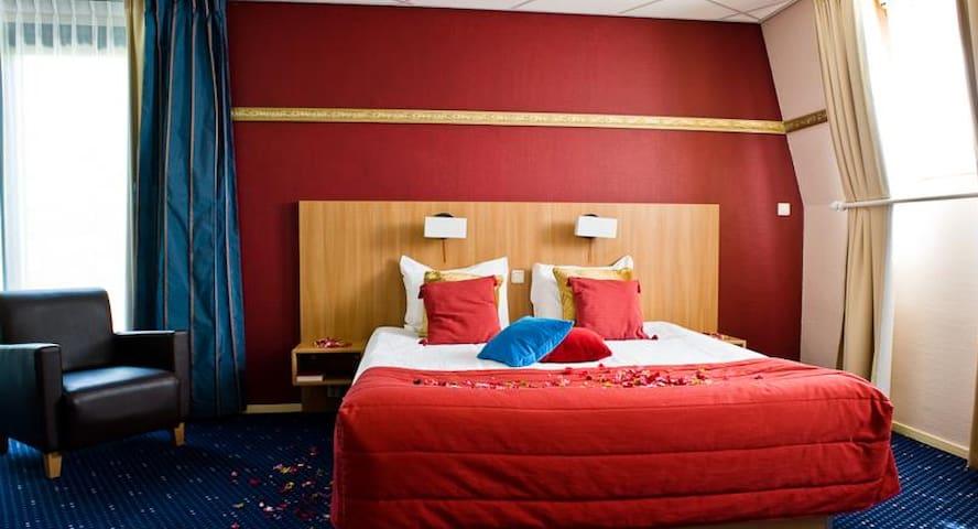 Grote,luxe slaapkamer met bubbelbad - Spier - Aamiaismajoitus