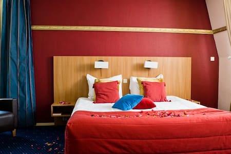 Grote,luxe slaapkamer met bubbelbad - Spier
