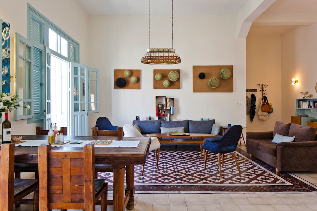 Le sol en céramiques ottomanes d'origine est harmonisé avec un mobilier confortable et une décoration paisible