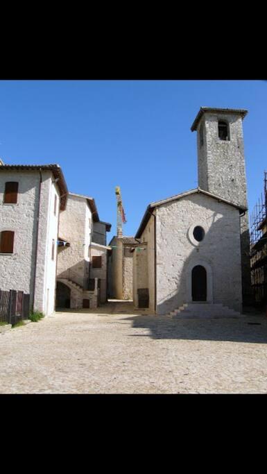 il centro del borgo con la Chiesa del '300 affrescata con dipinti dello Spagna