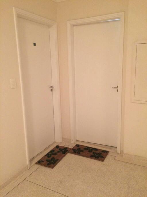 A porta da esquerda entra pela sala e a da direita pela cozinha.
