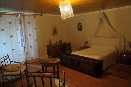 "B&B Ferme des P. ""Chambre Violette"" - Landeyrat - ที่พักพร้อมอาหารเช้า"