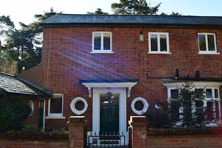 Lovely family home in leafy Hampshire - Farnborough - Rumah