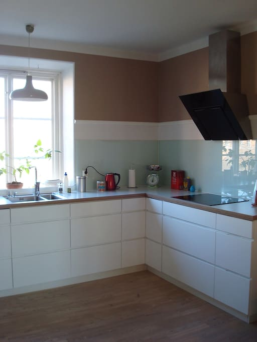 The kitchen with view over the garden
