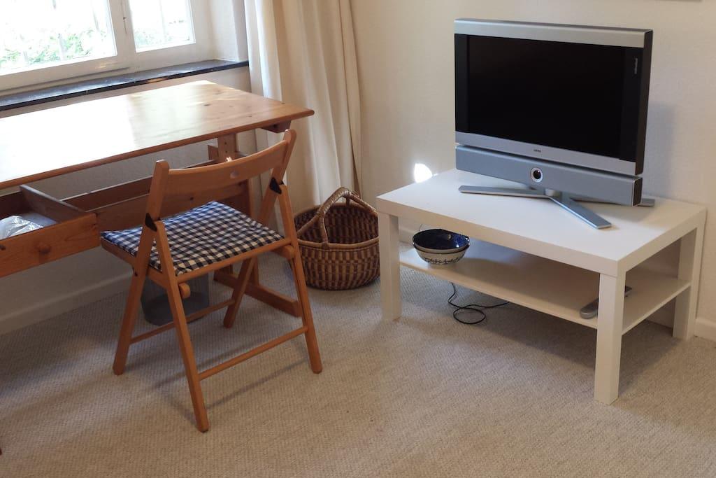 Schreibtisch und Fernsehen