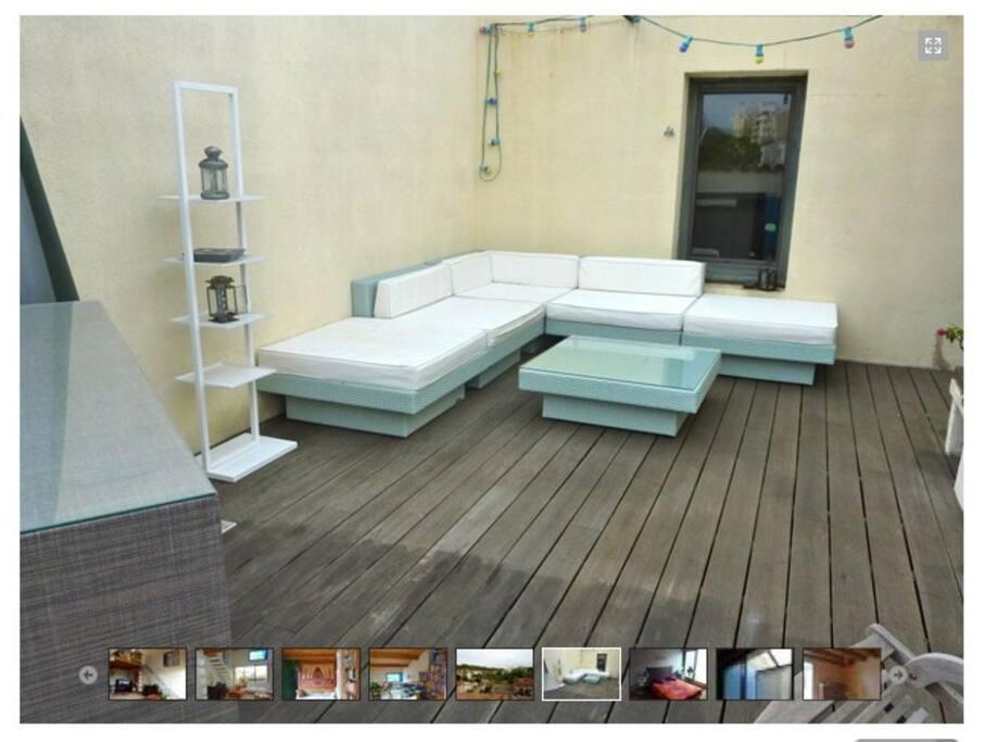 La chambre donne sur une grande terrasse exposée plein sud.