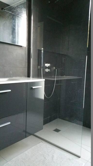 Salle de bain à partager éventuellement avec 2 autres chambres, seulement si elles sont occupées évidemment