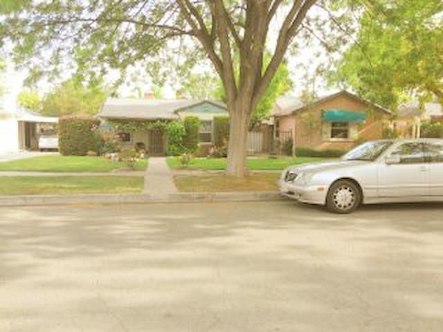 Smaller bedroom (12 'x 9') with all amenities - Fresno - House