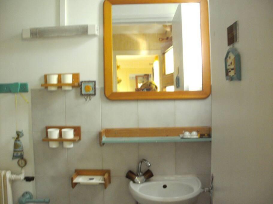 Lave-main dans les WC