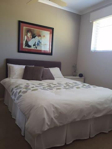 Private room plus retreat. - Grange - Rumah