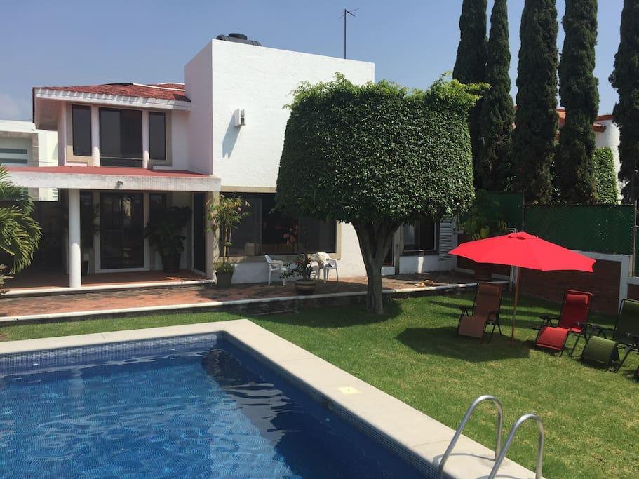 Terraza con jardín y alberca privada