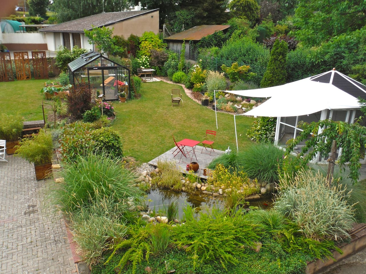Jardin paysager, 3 terrasses, tonnelle, mobilier, barbecue
