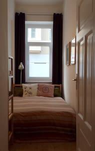Schönes Zimmer in Altbauwohnung - Wohnung