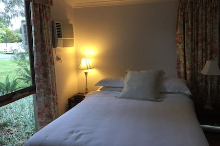 large private room close to shops - Bed & Breakfast