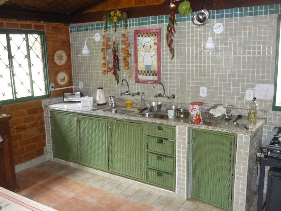 Cozinha rústica com fogão industrial.