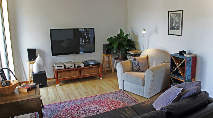 THE INTREPID SCHOLAR: Sunlit, 1BR. - North Wollongong - Flat