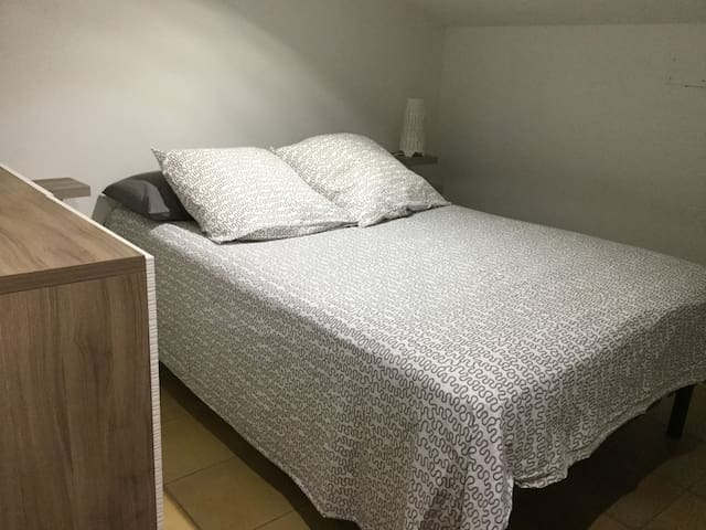Chambre lit 1,40 avec meubles de rangements