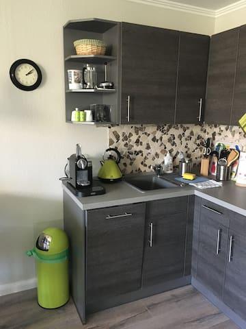 Nespresso Kapsel Kaffeemaschine, Wasserkocher und Toaster sind vorhanden.