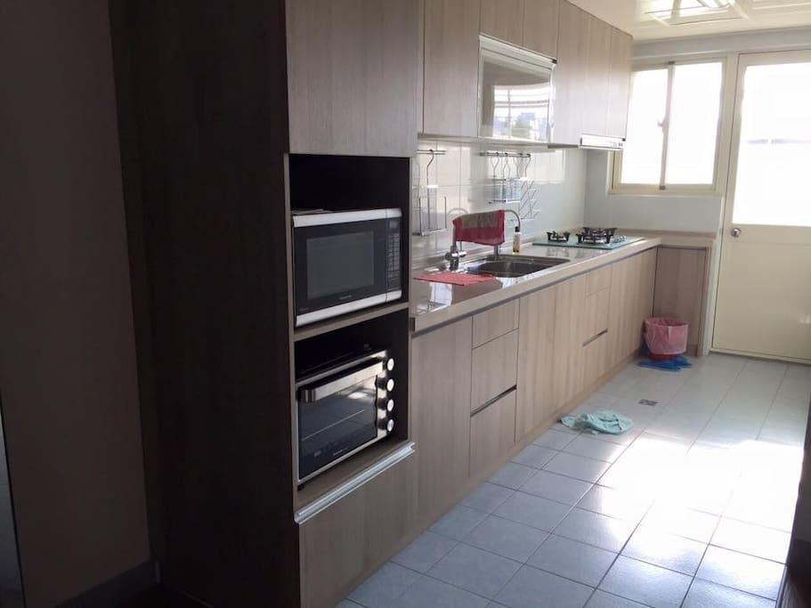 廚房,附有烤箱、微波爐、瓦斯爐、電水壺、冰箱可使用