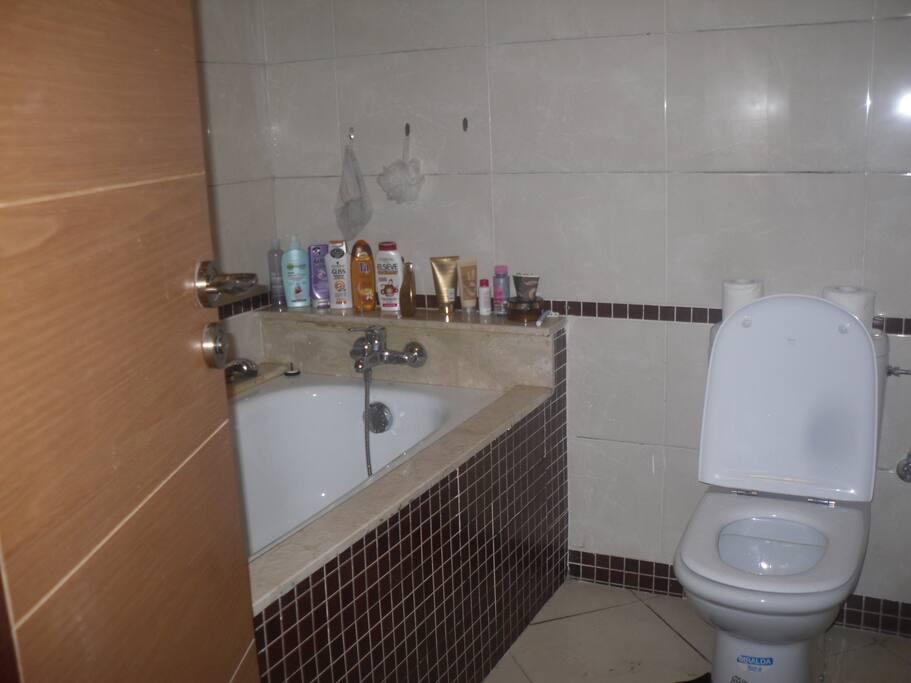 salle de bain avec baignoire et sanitaire avec évier