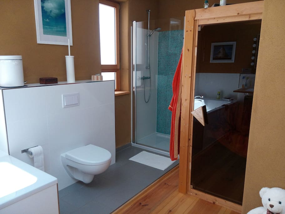 Großes Bad mit Sauna (OG)