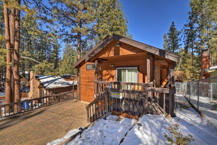 Mountain Hideaway: Immaculate and Spacious! Hot Tub! Foosball! Gas Grill!