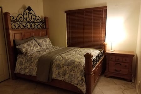 Quiet and comfortable room in nice neighborhood !! - Hialeah