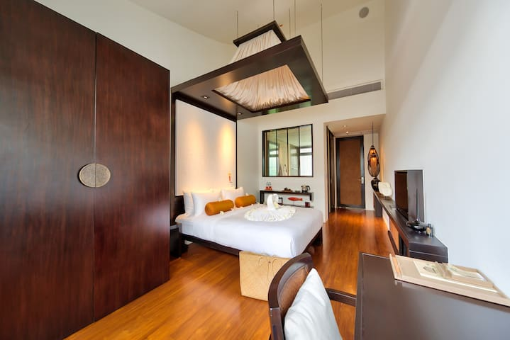 Your ensuite bedroom 4 with his 5 meters high ceilings, the domotic, the teak floor, the ultra confortable queen bed mattresses, the tv connected to the movie database and worldwide tv channel, the fiber topical internet, the bathroom, the dressing..
