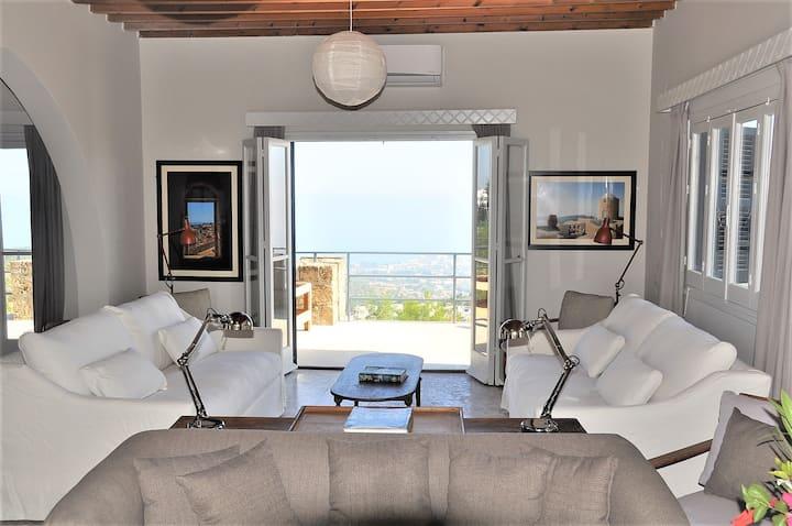 Luxury Accommodation In Stunning Karmi Villa!