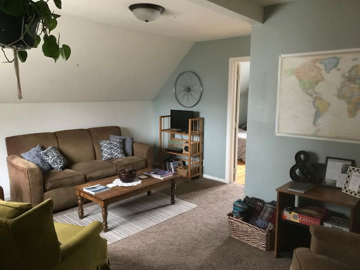 The Penthouse   Cozy Upper 2BR Apt. Near Downtown