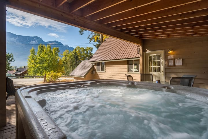 Gorgeous chalet with lake & forest views, private hot tub! Dogs ok!