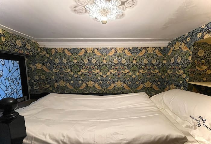 我们有一个阁楼卧室,单人床位1米*2米,阁楼大概5-6平方面积,就是睡觉的地方,有阁楼可以比较宽敞的住下3个客人