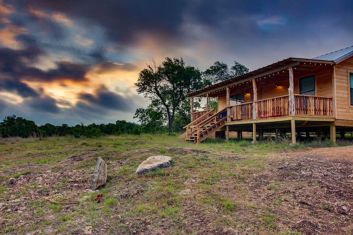 Cozy, dog-friendly cabin with tranquil atmosphere, massive outdoor spaces