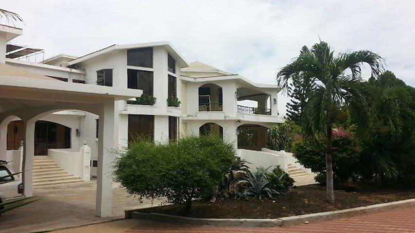 Villa Tina Bedroom 1 - Port-au-Prince - Hus