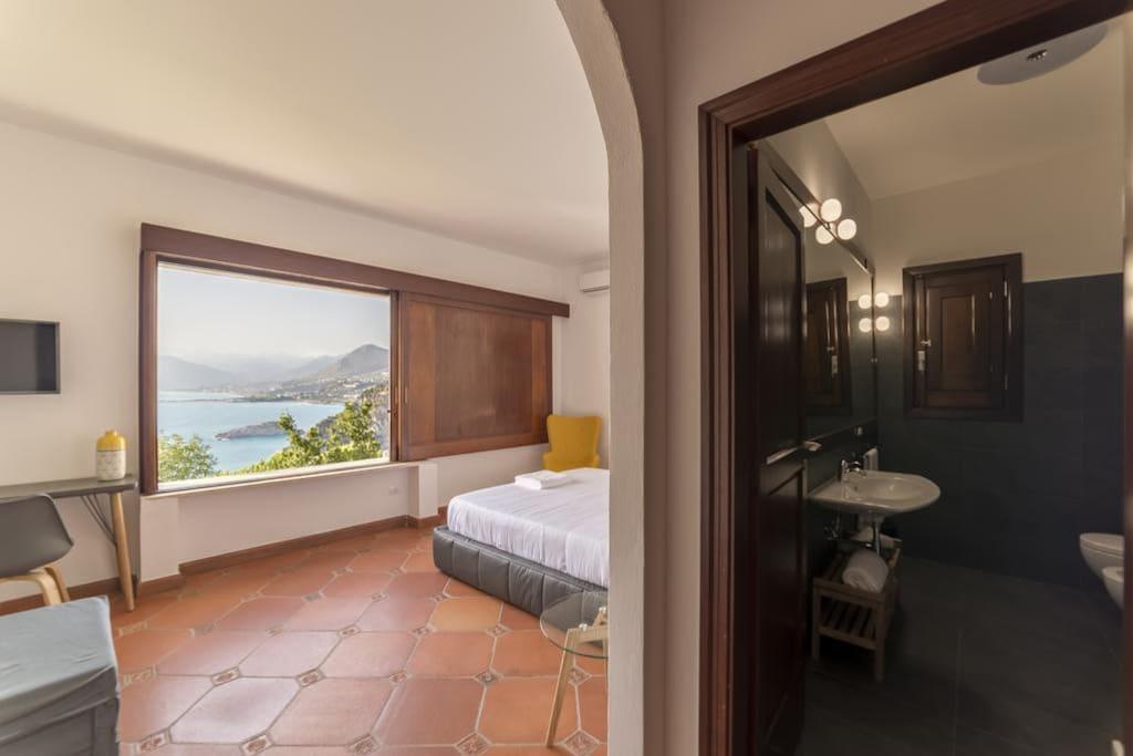 Camera elegante vista mare, dotata di letto matrimoniale con possibilità di letto aggiunto. Pavimento in cotto toscano di pregio.
