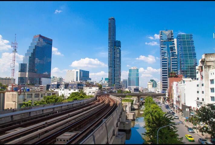 Silom CBD商圈,贵族医院BNH附近,53层奢华高级公寓,空中泳池+健身房,曼谷最高楼旁!