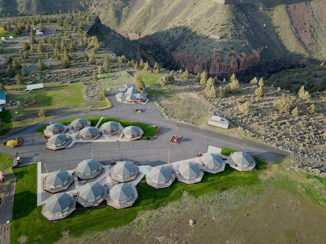 Room with 2 double beds at Smith Rock Resort