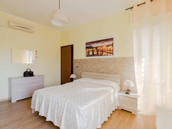 Le Rondini Apartment, 5 people, 2 balconies, Polyclinic Casilino and Tor Vergata