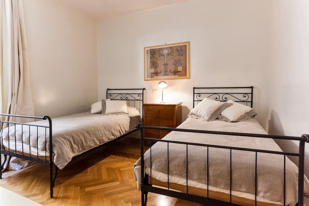 Second bedroom (twin beds)