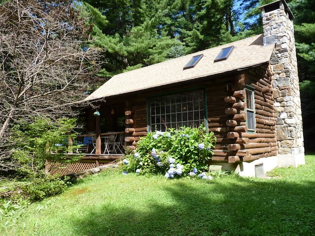 Adorable, storybook log cabin  - Colebrook