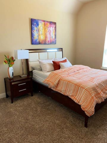 Room in Luxury Home Near Down Dallas & Attractions