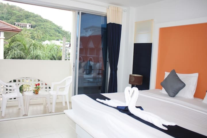 Lovely Colorful Room nearly Kata beach - 10 minutes walk with Breakfast