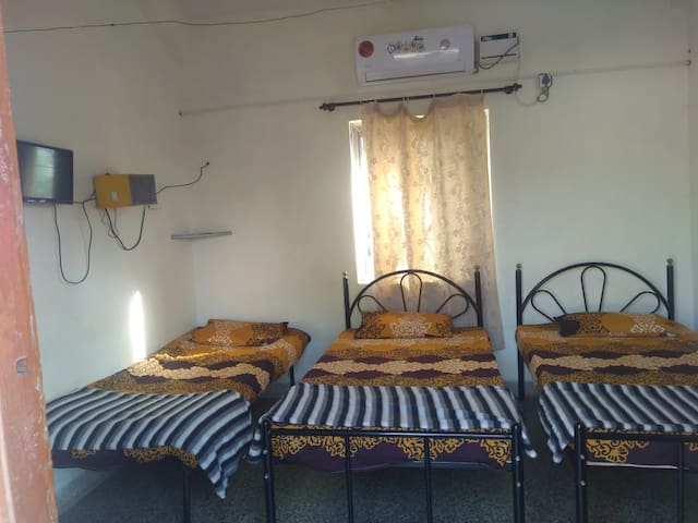 Private AC room w/3 beds next to Madgaon Station
