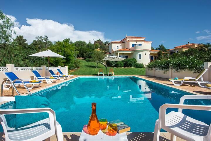 Villa Quina~Pool~A/C Wi-fi Incl-Sleeps 8+2 cots