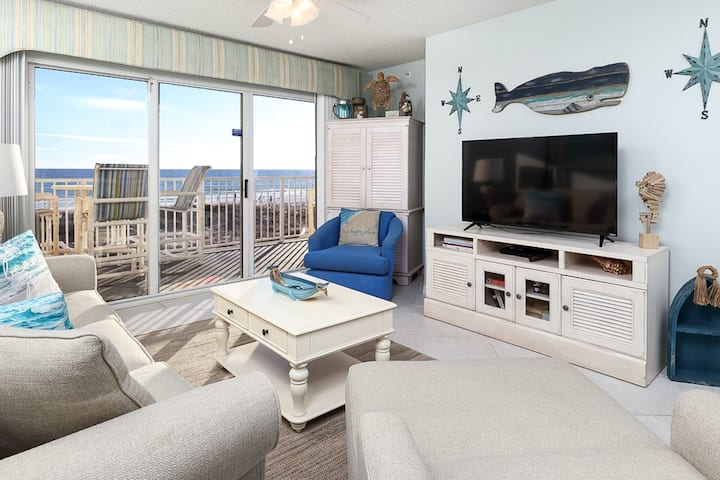 Airy Beachfront Condo w/ 2 Beach Chairs Included, Quick Drive To Entertainment