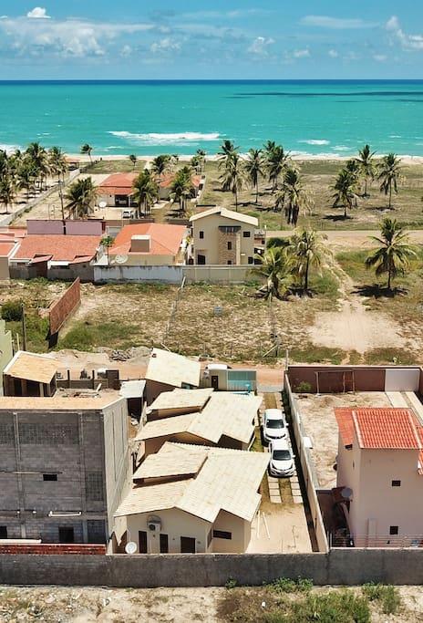 VISTA AÉREA DOS CHALÉS PARA O MAR DA BARRA DE CUNHAÚ. Local ideal para PRÁTICA DE KITESURF.